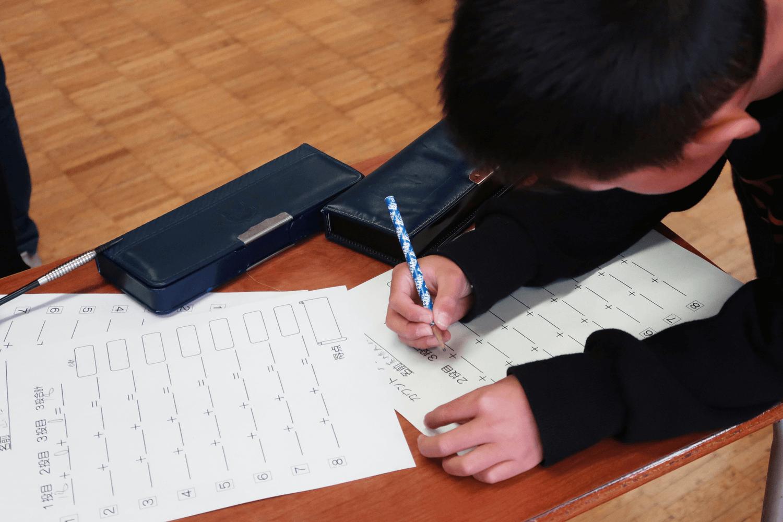 横浜市の小学校のダーツクラブにプロダーツ選手が訪問、点数計算で算数の能力アップ、自主性・社会性の向上などダーツで児童の成長を育む